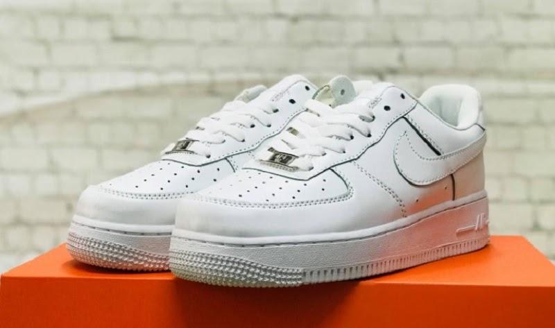 Giày nữ Nike Air Force 1 màu trắng được yêu thích bởi nó có thiết kế đơn giản, dễ phối đồ và không lo lỗi mốt